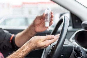 Desinfectante para manos en taxi